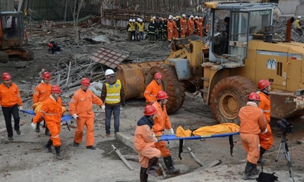 Hiện trường vụ sập giàn giáo cùng phần đáy tháp làm mát nhà máy điện ở Trung Quốc. Ảnh:Reuters