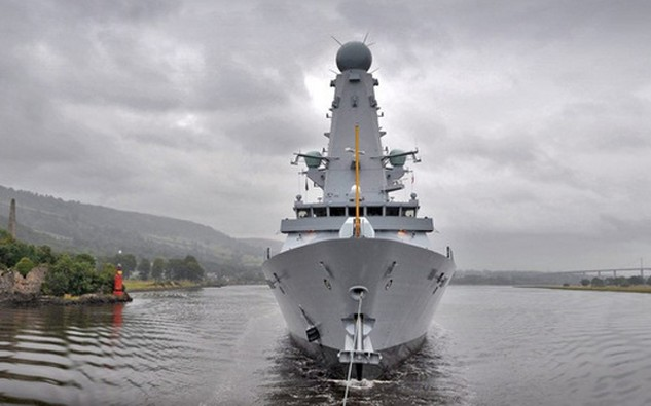 HMS Duncan được lai dắt trên sông. Ảnh:Flickr.