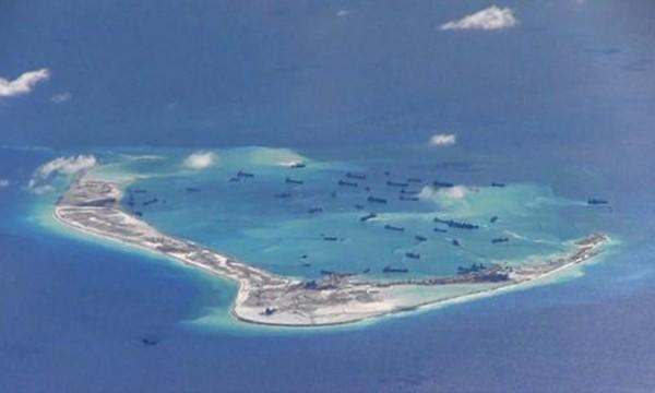 Tàu Trung Quốc nạo vét trái phép tại đá Vành Khăn, quần đảo Trường Sa. Ảnh:Reuters.