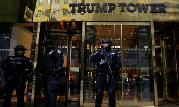 Lực lượng an ninh ở tháp Trump. Ảnh:Reuters