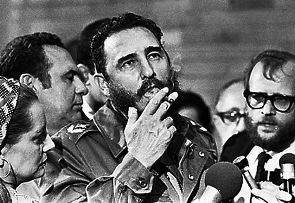 ÔngFidelCastro, khi còn là Thủ tướng Cuba, hút xì gà khi phỏng vấn với báo chí trong chuyến thăm của thượng nghị sĩ MỹCharles McGovern ở Havana tháng 5/1975. Ảnh:Reuters