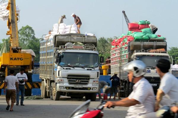 Chính phủ chỉ đạo Bộ Giao thông và các địa phương tổ chức ký cam kết không chở quá tải, quá khổ. Ảnh minh hoạ:Giang Chinh