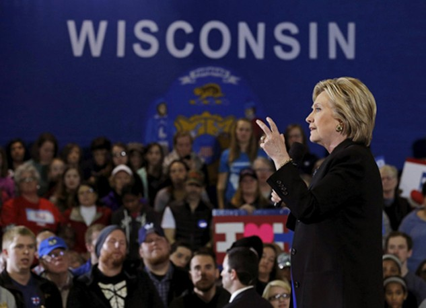 Bà Hillary Clinton trong sự kiện tranh cử ở Wisconsin hồi tháng ba. Ảnh:Reuters