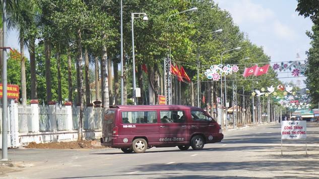 Gói thầu Nâng cấp tuyến đường nội bộ khu khuôn viên và vỉa hè đường 6 -1 trước UBND tỉnh Bình Phước chỉ có 3 nhà thầu nộp HSDT, bỏ giá sát nhau. Ảnh: Nguyễn Văn