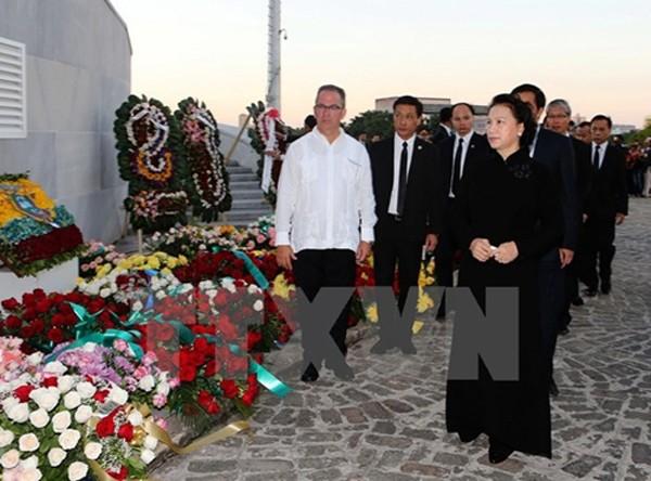 Chủ tịch Quốc hội Nguyễn Thị Kim Ngân dẫn đầu đoàn Việt Nam viếng cựu chủ tịch Cuba Fidel Castro. Ảnh: TTXVN.
