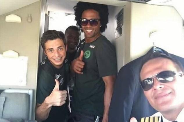 Cơ trưởng của máy bay Miquel Quiroga (phải) và các cầu thủ chụp ảnh trước khi chiếc máy bay xấu số cất cánh. (Ảnh: Mirror)