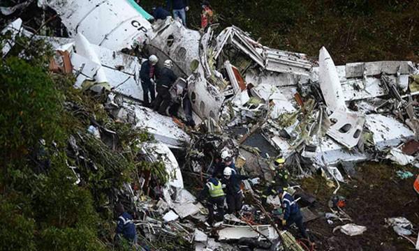 Chiếc máy bay vỡ nát sau khi đâm vào sườn núi. Ảnh:Reuters