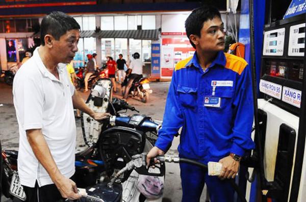 Giá xăng có thể tăng mạnh ngày mai theo giá thế giới.