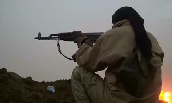 Phiến quân Nhà nước Hồi giáo tấn công binh sĩ Iraq ở làng Khubairat, tây nam Mosul. Ảnh:Reuters.