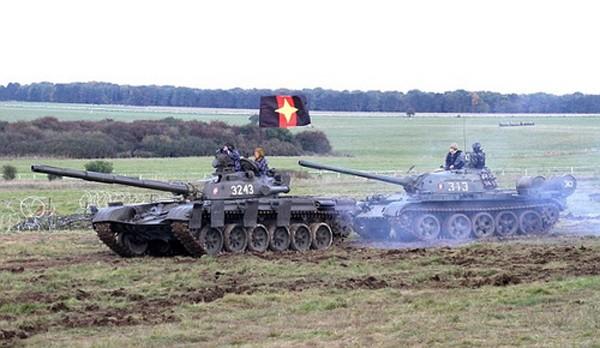 Xe tăng T-72 và T-55 tham gia tập trận. Ảnh:Livejournal.