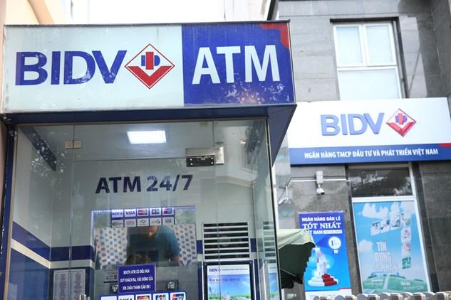 Hai đối tượng đã thực hiện thành công 33 giao dịch, rút được số tiền hơn 62 triệu đồng từ máy ATM của BIDV. Ảnh: Nhã Chi