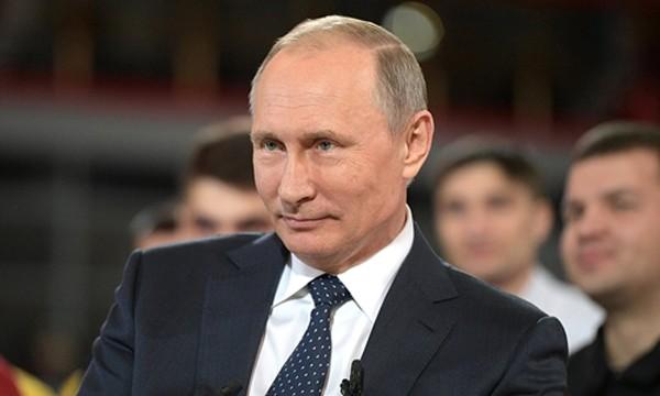 Tổng thống Nga Vladimir Putin trao đổi với các công nhân tại nhà máy ở thành phố Chelyabinsk. Ảnh:Kremlin.