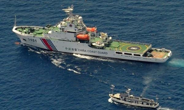 Tàu hải cảnh Trung Quốc (trên) chạm trán tàu cung ứng của Malaysia ở Biển Đông hồi năm 2014. Ảnh:AFP.