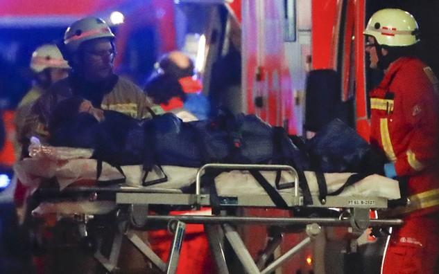 Lực lượng cứu hộ đưa người bị thương ra khỏi hiên trường vụ tấn công ở Đức (Ảnh: Reuters)