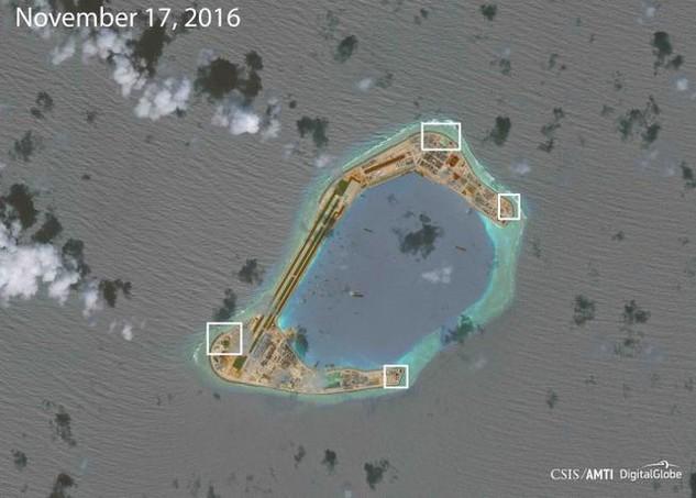 Ảnh chụp vệ tinh của CSIS hồi tháng 11 cho thấy Trung Quốc dường như đã lắp các súng phòng không và hệ thống vũ khí tầm gần trên đá Xu Bi ở Trường Sa của Việt Nam. (Ảnh: Reuters)