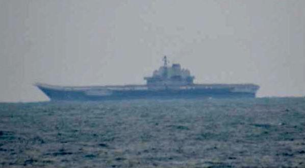 Bức ảnh do Bộ Quốc phòng Nhật Bản cung cấp cho thấy tàu sân bay Liêu Ninh đang có mặt trên biển Hoa Đông (Ảnh: Kyodo)