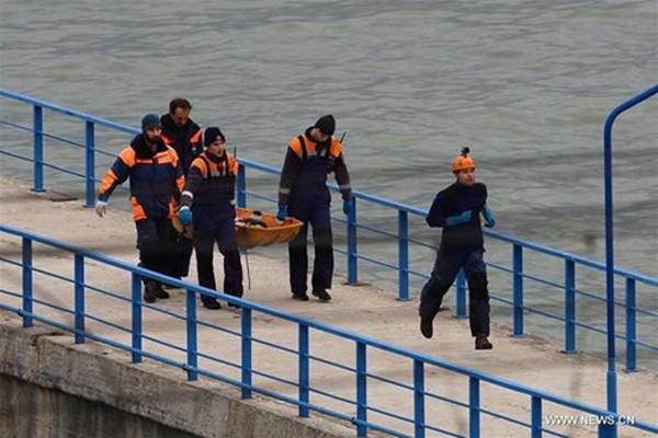 Một thi thể nạn nhân máy bay rơi được vớt lên từ dưới biển. Ảnh:Xinhua