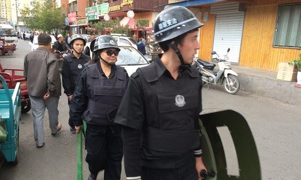 Cảnh sát đi tuần trên đường phố tại Urumqi, Tân Cương (Anhr: Guardian)
