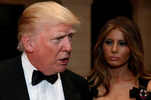 Ông Trump trả lời các phóng viên trên đường đến tiệc đón năm mới tại biệt thự Mar-a-Lago ở Palm Beach, bang Florida, cùng vợ. Ảnh:Reuters