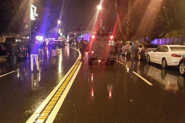 Lực lượng cảnh sátbên ngoàihộp đêmReina ở khuBesiktas của thành phố Istanbul. Ảnh:Twitter