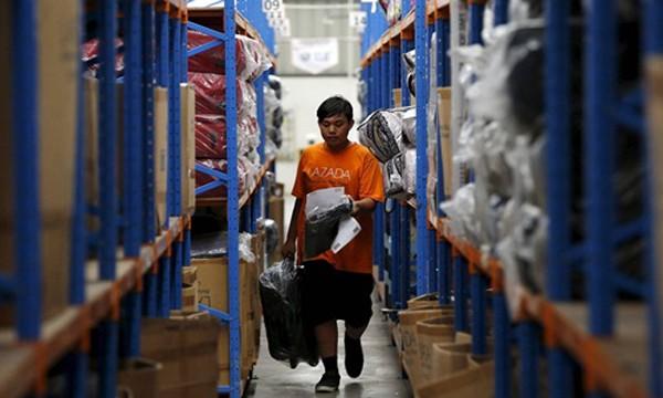 Nhân viên tại một kho hàng của Lazada ở Jakarta (Indonesia). Ảnh:Reuters