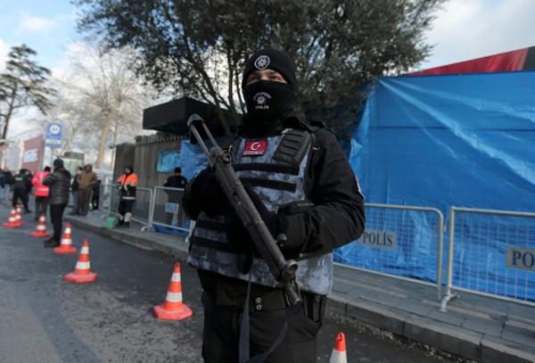 Cảnh sát Thổ Nhĩ Kỳ đứng gác tại hiện trường vụ xả súng. Ảnh:Reuters