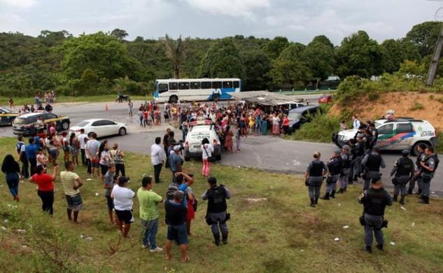 Người nhà các nạn nhân tập trung bên ngoài nhà tù Anisio Jobim sau vụ bạo loạn (Ảnh: Reuters)