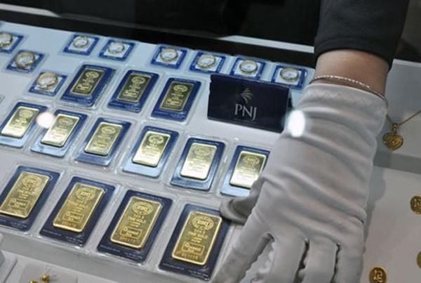 Giá vàng trong nước đắt hơn vài trăm nghìn đồng khi mở cửa ngày làm việc đầu năm 2017.