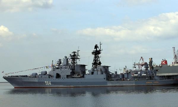 Tàu chống ngầm Đô đốc Tributs neo tại cảng ở Philippines ngày 3/1. Ảnh:Reuters.