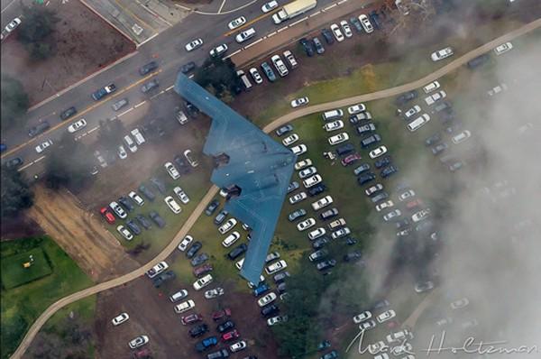 Chiếc B-2 đang bay tới sân vận động. Ảnh:Aviationist.