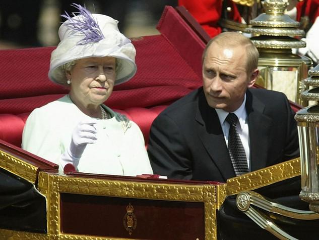 Tổng thống Nga Vladimir Putin và Nữ hoàng Anh Elizabeth II tại London vào năm 2003. (Ảnh: Getty)