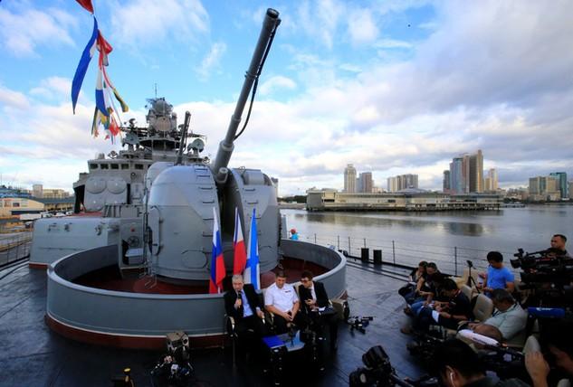 Đại sứ Nga tại Philippines Igor Khovaev (trái) và Đô đốc Hải quân Nga Eduard Mikhailov (giữa) gặp gỡ báo chí trên tàu săn ngầm Đô đốc Tributs trong chuyến thăm Philippines (Ảnh: Reuters)