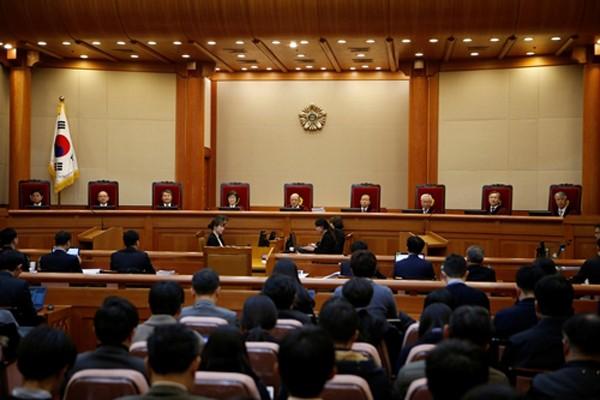 9 thẩm phán Tòa án Hiến pháp Hàn Quốc trong phiên tranh luận về quyết định luận tội Tổng thống Park Geun-hye ngày 5/1. Ảnh:Reuters.
