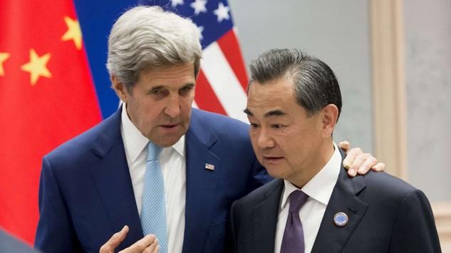 Ngoại trưởng Mỹ John Kerry (trái) và người đồng cấp Vương Nghị trong cuộc trò chuyện hồi tháng 9/2016 (Ảnh: AFP)