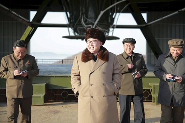 Lãnh đạo Triều Tiên Kim Jong-un cười khi thăm trung tâm vũ trụ Sohae trong cuộc thử nghiệm động cơ ICBM. Ảnh:Reuters