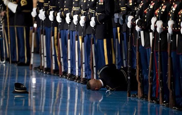 Thành viên đội danh dự Mỹ ngất xỉu trong lễ từ biệt của Obama. Ảnh:AFP