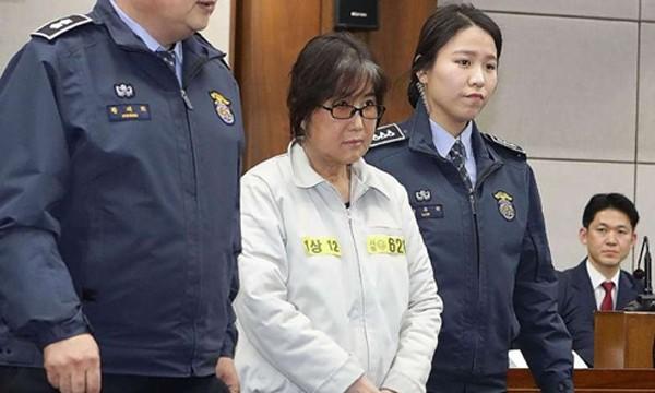 Choi Soon-sil, bạn thân tổng thống Hàn Quốc xuất hiện tại tòa. Ảnh:AFP