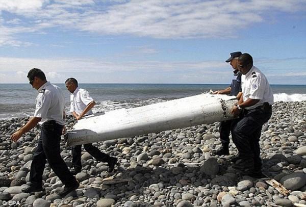 Mảnh cánh máy bay MH37 được tìm thấy ở Reunion. Ảnh:Reuters