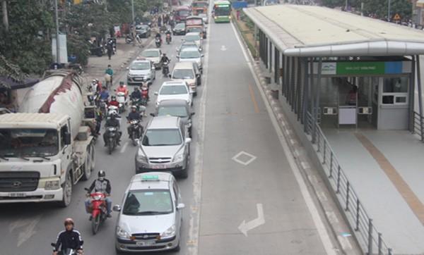 Đa số các phương tiện giao thông đã đi đúng làn, nhường đường cho xe buýt nhanh. Ảnh:Võ Hải.