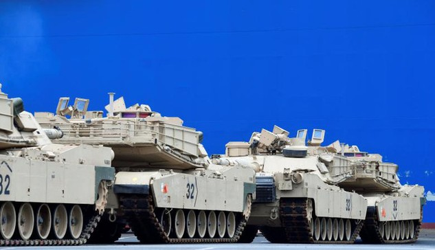 Các xe tăng do Mỹ chuyển tới cảng Bremerhaven của Đức hôm 8/1 (Ảnh: Reuters)