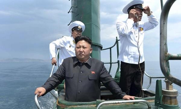 Nhà lãnh đạo Kim Jong-un trên tàu ngầm Triều Tiên. Ảnh:KCNA