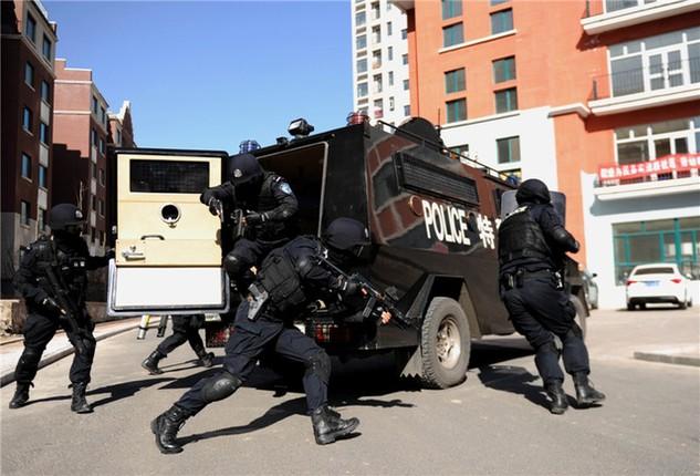 Cảnh sát diễn tập chống bạo động ở Urumqi, Tân Cương (Ảnh: China Daily)