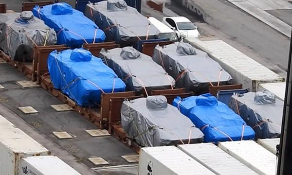 9 xe bọc thép Terrex của Singapore bị tạm giữ tại Hong Kong ngày 23/11. Ảnh:Fact Wire.