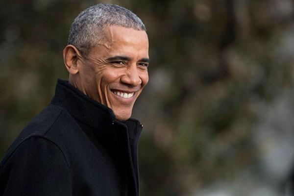 Tổng thống Mỹ Barack Obama bước ra trực thăng Marine One trên bãi cỏ phía nam Nhà Trắng hôm 7/1. Ảnh:Time