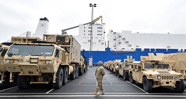 Trang thiết bị quân sự Mỹ tại cảng Bremerhaven, Đức, ngày 8/1. Ảnh:Reuters.