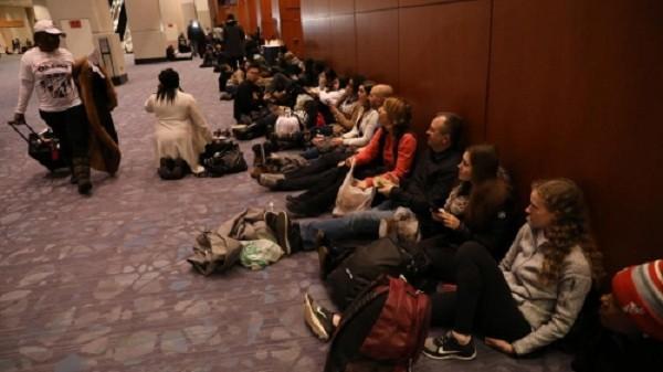 Hàng trăm người xếp hàng sớm tại trung tâm hội nghị ở Chicago. Ảnh:ChicagoTribune