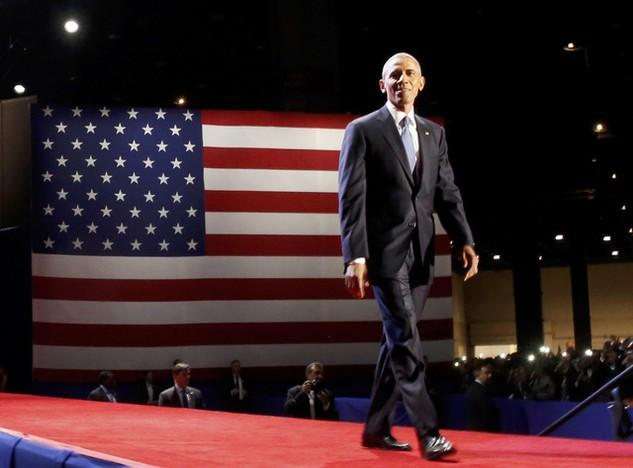 Tổng thống Barack Obama bước lên sân khấu để bắt đầu bài phát biểu từ biệt Nhà Trắng ở Chicago sáng 1/11 (Ảnh: Reuters)