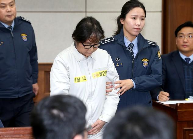 Bà Choi Soon-sil (áo trắng) tại Tòa án trung tâm Seoul trong phiên tòa sơ thẩm hôm 19/12/2016 (Ảnh: Reuters)