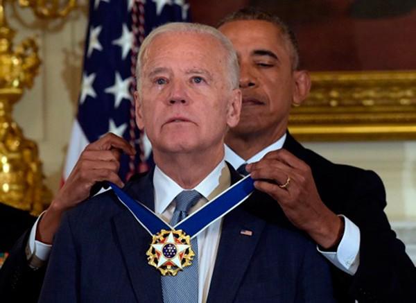 Tổng thống Obama trao tặng phó tổng thống Biden Huân chương Tự do. Ảnh:AP