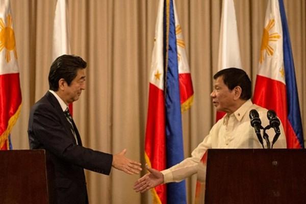 Thủ tướng Nhật Shinzo Abe và Tổng thống Philippines Rodrigo Duterte bắt tay tại Manila. Ảnh:Rappler